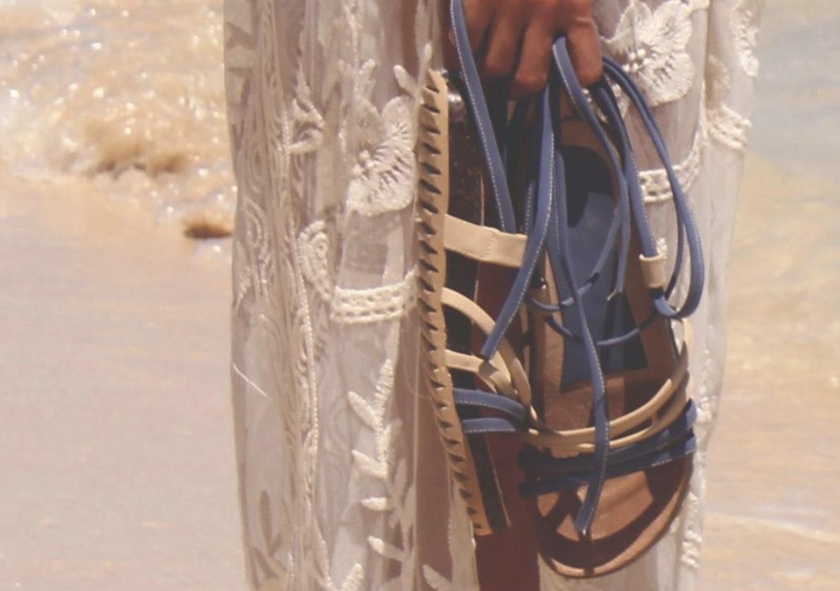 Esta joven universitaria hace increíbles zapatos con sargazo