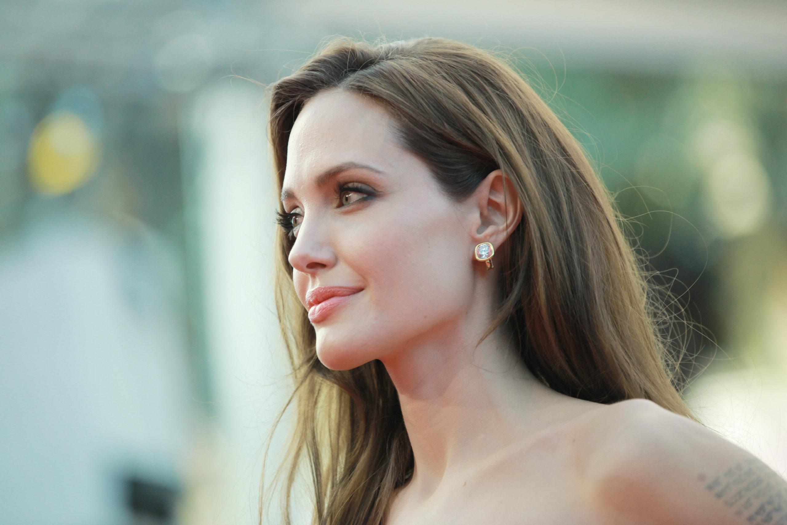 Angelina Jolie se suma al rescate de las abejas con Guerlain y la UNESCO