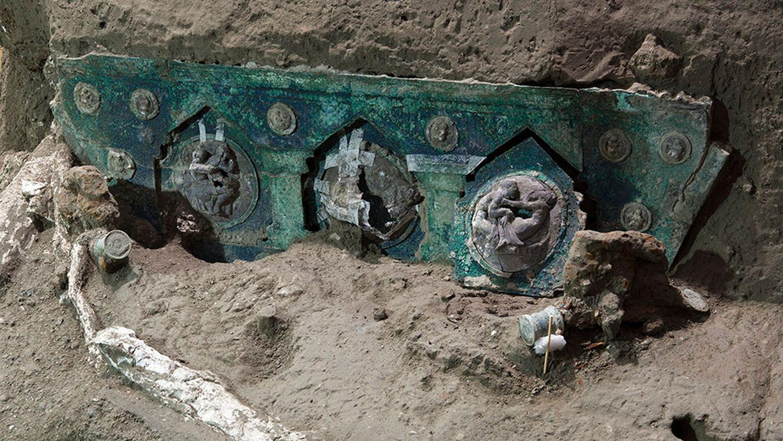 Hallan una carroza ceremonial casi intacta en Pompeya