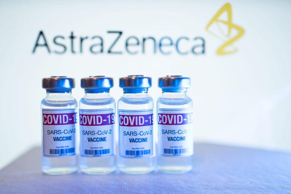 Vacuna de AstraZeneca contra variantes de Covid-19, podría estar lista a finales de 2021
