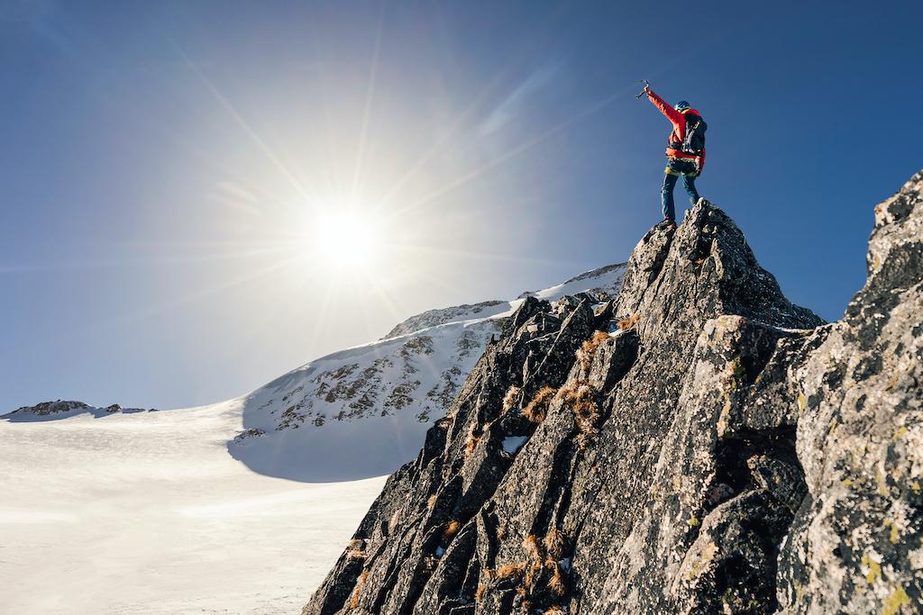 Alpinista mexicano ciego conquista la cima del monte Denali, la más alta de América del Norte
