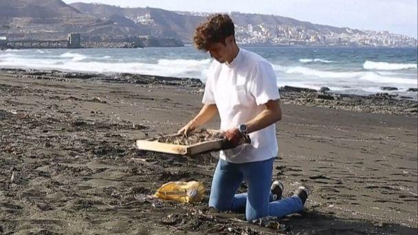Diseñador español recoge residuos de plástico de las playas y los convierte en muebles