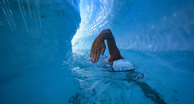 Este activista climático nada entre icebergs para enviar un poderoso mensaje