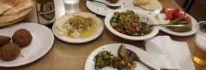 Fladenbrot, Falafel, Humus, Arabischer Salat, eingelegte Gurken, Zwiebeln und Tomaten