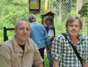 """Stefan Gofferjé, Chefredakteur des Naturmagazins """"Susilauma"""" (links) und Wolfsmonitor-Redakteur Jürgen Vogler trafen sich im Wildpark Lüneburger Heide, (Foto: Lingers)"""