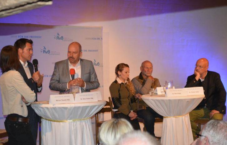 Die Diskussionsteilnehmer (von links): Miriam Staudte (Bündnis 90/DIE GRÜNEN), Dr. Gero Hocker (FDP), Moderator Harald Langguth, Dr. Nina Krüger vom Magazin JÄGER, Ulrich Wotschikowsky und Dr. Florian Asche.
