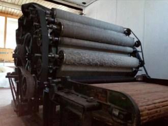 Kaardmachine voor kaarden van wol bij fabrieksgebruik
