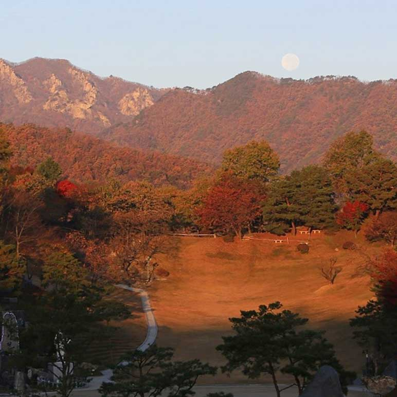 The autumn lawn seen from Cho Mountain in Wolmyeongdong