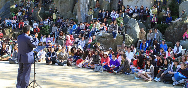 The director of the Wolmyeongdong Recreation Center gives a message to the Rock Festival participants