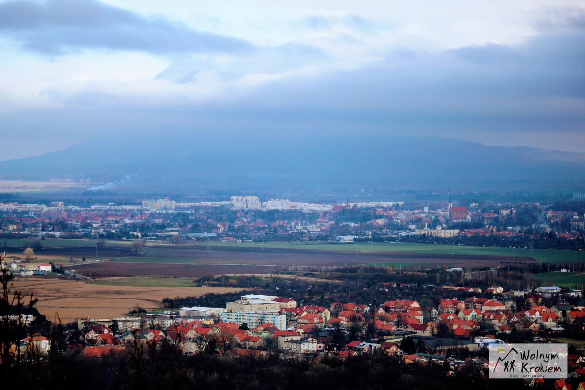 Widok z wieży widokowej na szczycie Góry Parkowej w Bielawie na Dolnym Śląsku