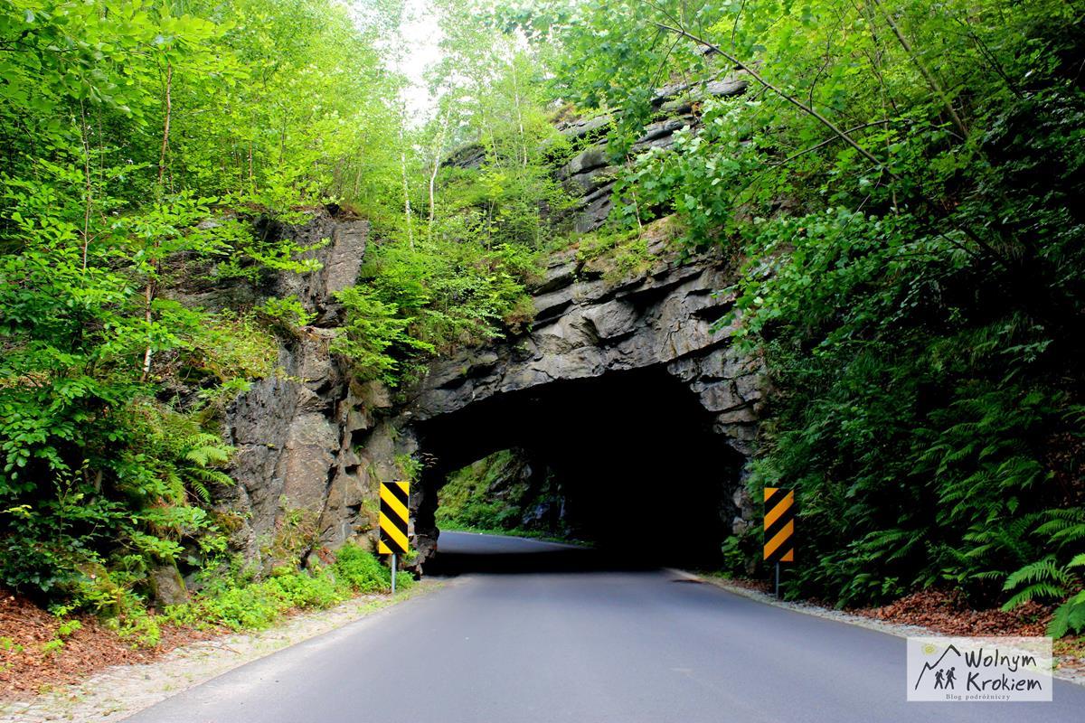 Skalny tunel między miejscowościami Piechowice a Michałowice (Szklarska Poręba)