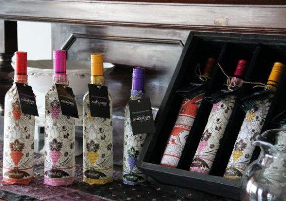 "Красное и белое вино ""Брэм"" из риса, ""Ангур"" из винограда - неплохой сувенир."
