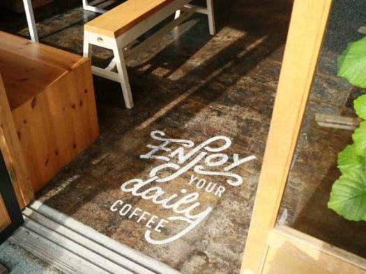 「YOUR DAILY COFFEE」の入り口の足元のサイン