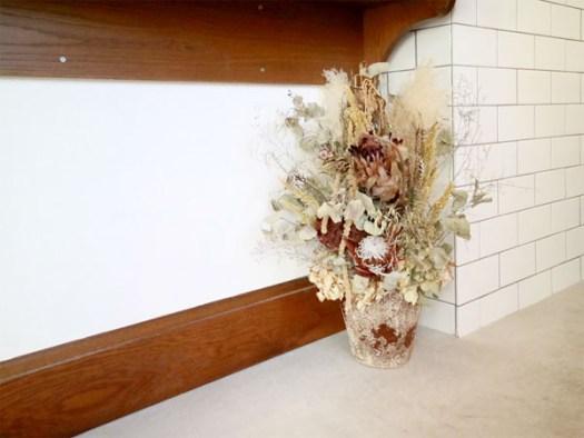 NUMBER SUGARの千駄ヶ谷工場の店内に置かれたドライフラワー