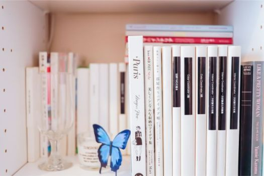 雑然としがちな本棚も、表紙を裏返してタイトルをつけることで、驚くほどすっきりする。