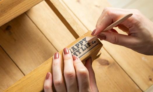 ディスプレイラックのDIY工程:転写プリントを貼り付ける様子