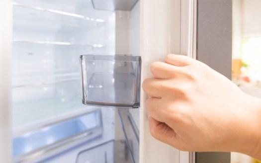 冷蔵庫を開く手