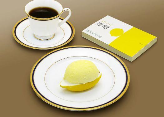 「MARUZEN CAFE 日本橋店」のレモンケーキとコーヒーと梶井基次郎著の『檸檬』