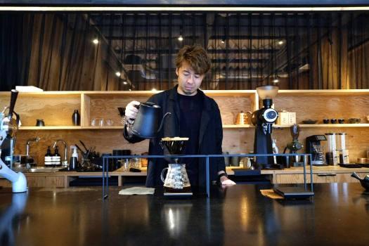 「artless craft tea & coffee」でバリスタがコーヒーのハンドドリップしてくれているところ