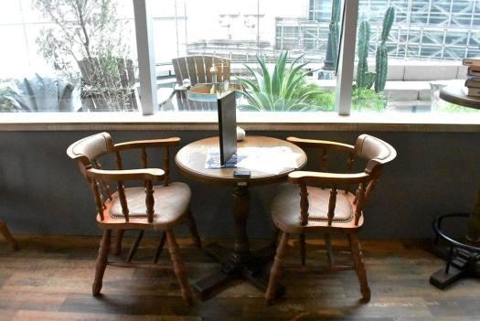 梟書茶房の森の部屋エリアの窓辺の席