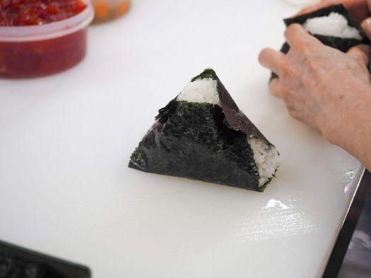 「おにぎり ぼんご」の海苔に包まれた三角おにぎり