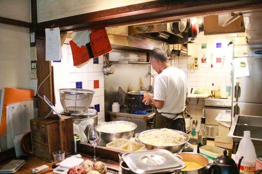 キッチンで作業中の「スパイスカフェ」のオーナーシェフ