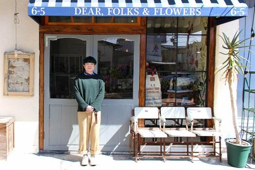 DEAR, FOLKS & FLOWERSの軒先に立つ店主