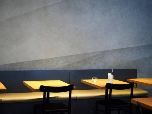 「REVIVE KITCHEN THREE AOYAMA」のテーブル席