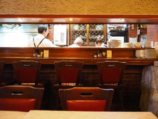 「レストランCARO」のカウンター内で作業中のマスターと奥さまとスタッフ