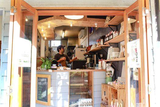 朝食屋「COBAKABA」のカウンター内にいるオーナー