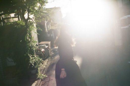 逆光の中に映る女性