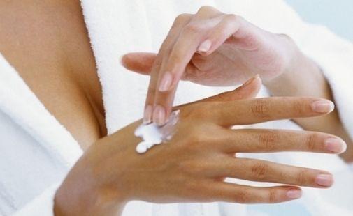 Ricetta facile e veloce per una maschera mani e unghie fai da te con miele e olio di mandorle dolci.