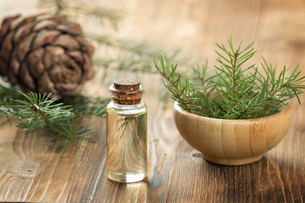 Crema rigenerante e antibatterica per mani screpolate alla mirra e legno di cedro.