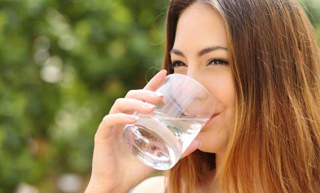 Bere l'acqua in bottiglia fa bene?