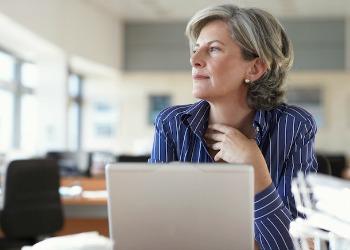 woman at computer - source ravishly
