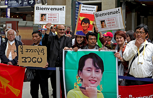 Laureate Suu Kyi receives hero's welcome as she asks for France support