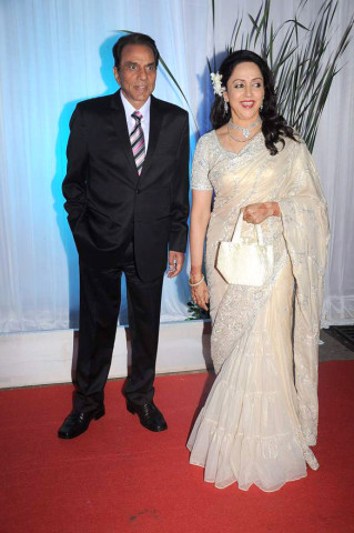 Dharmendra,_Hema_Malini_at_Esha_Deol's_wedding_reception_03
