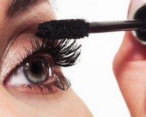 14421784-makeup-make-up-applying-mascara-long-eyelashes