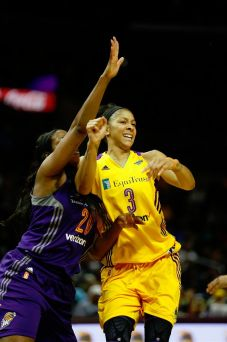 Camille Little defends Candace Parker. Photo by Maria Noble/WomensHoopsWorld.