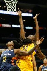 Jantel Lavender scores over Lynetta Kizer. Photo by Maria Noble/WomensHoopsWorld.