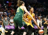 Candace Parker is guarded by Breanna Stewart. Photo by Maria Noble/WomensHoopsWorld.