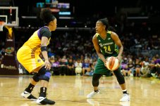 Jewell Loyd looks for the pass. Photo by Maria Noble/WomensHoopsWorld.
