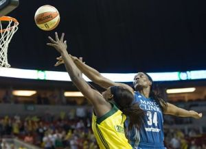 Crystal Langhorne shoots over Sylvia Fowles. Photo by Neil Enns/Storm Photos.