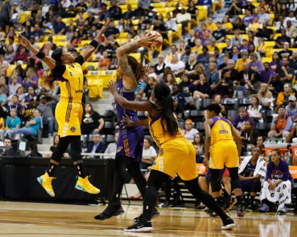 Odyssey Sims goes up to defend Brittney Griner. Photo by Maria Noble/WomensHoopsWorld.