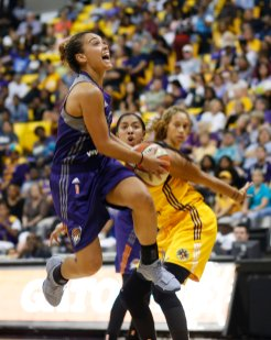 Leilani Mitchell drives to score two of her 15 points on the night. Photo by Maria Noble/WomensHoopsWorld.