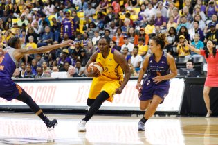 Chelsea Gray drives around Leilani Mitchell to the rack. Photo by Maria Noble/WomensHoopsWorld.