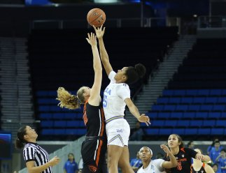 Monique Billings wins the tip over Marie Gulich. Photo by Maria Noble/WomensHoopsWorld.