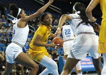 Kristine Anigwe tries to fight through the UCLA defense. Photo by Maria Noble/WomensHoopsWorld.