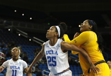 Monique Billings boxes out CJ West. Photo by Maria Noble/WomensHoopsWorld.