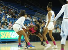 Kelli Hayes and Bre'yanna Sanders fight for ball possession. Photo by Maria Noble/WomensHoopsWorld.